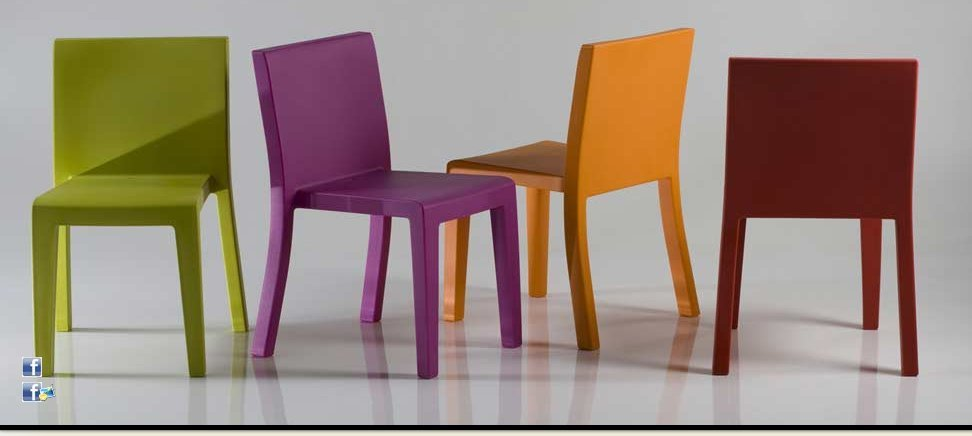 Mesa y sillas jut vondom for Sillas de colores baratas