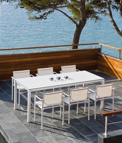 Silla una y mesa una con asientos de colores for Asientos terraza